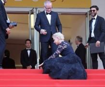 70-летняя Хелен Миррен упала на красной дорожке в Каннах