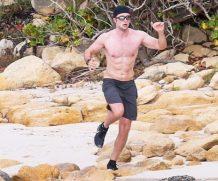 Роберт Паттинсон посветил голым торсом на пляже