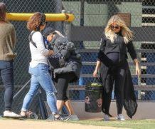 Беременная Хлое Кардашьян играет в софтбол вместе с сестрами
